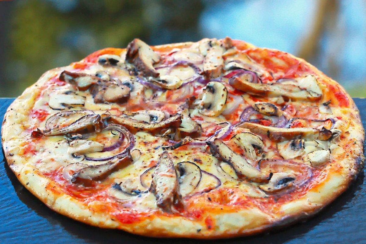 """""""Grilētā"""" /vistas fileja, sēnes, saldais krējums, oregano, zilie sīpoli, siers, tomātu mērce/"""