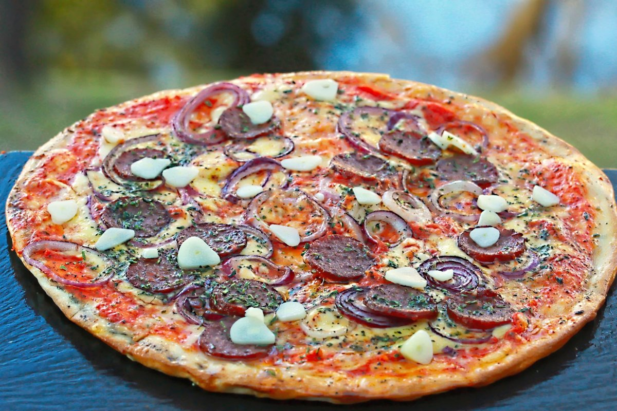 """""""Peperoni"""" /peperonī, ķiploki, zilie sīpoli, oregano, siers, tomātu mērce /"""