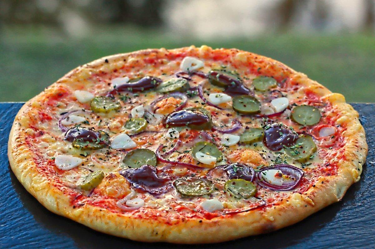"""""""Asā daba"""" /čilī pārslas, oregano, marinēts gurķis, zilie sīpoli, BBQ un ķiploku mērce, siers, tomātu mērce/"""