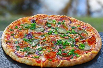 """""""Lauku"""" /bekons, marinēts gurķis, zaļie lociņi, zilie sīpoli, oregano, siers, tomātu mērce/ 1280 kcal"""