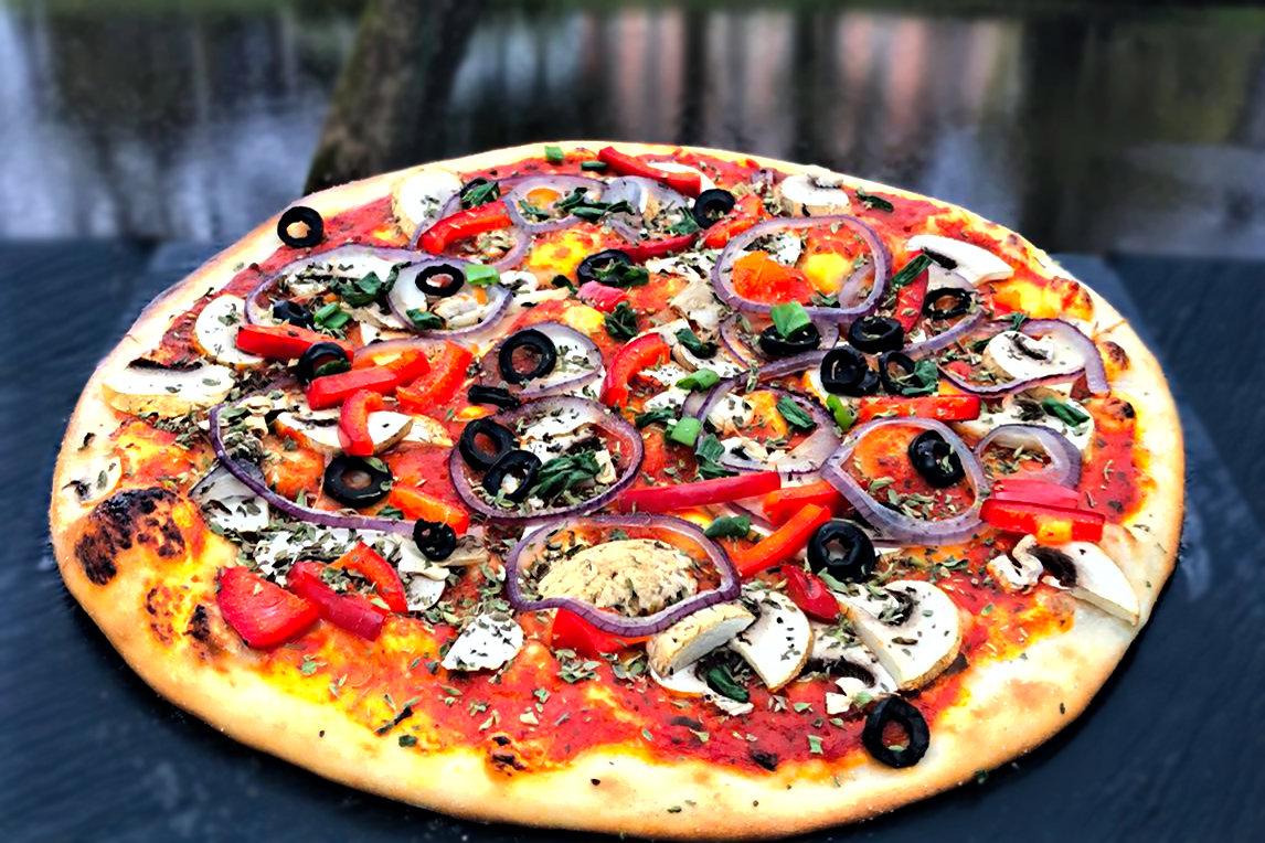 """""""Vegano"""" /sēnes, melnās olīvas, paprika, kaperi, baziliks, oregano, zilie sīpoli, tomātu mērce/ 774kcal"""